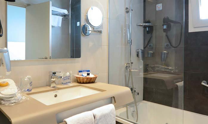 Medplaya hotel riviera in benalmadena costa m laga for Bathroom showrooms costa del sol